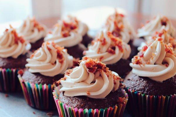 """están las adicciones de alimentos o sustancias. Por ejemplo, hay personas """"enganchadas"""" a los dulces, a los lácteos, al chocolate,"""