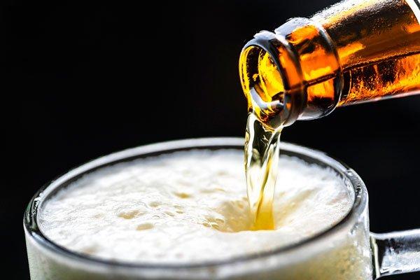 El alcohol no sólo perjudica directamente al hígado, también altera otros órganos como el estómago (gastritis), el páncreas (pancreatitis), el corazón (infartos) y por supuesto al cerebro (demencia).